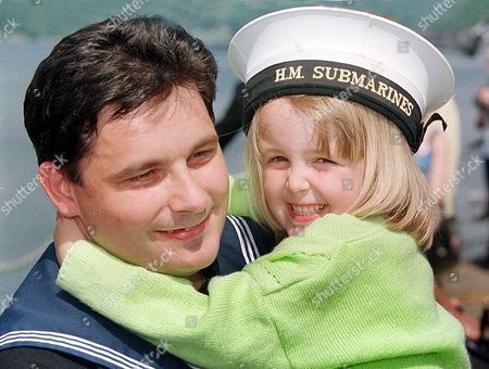 Homecoming For Submarine Hms Splendid Back From Tour Of Duty In The Adriatic Arrives At Faslene Naval Base.. Hms Splendid The Nuclear Powered Submarine Made Royal Naval History By Being The First British Submarine To Fire Tomahawk Missiles In Anger. Splendid Attacked Targets In Serbia During The Campaign To Oust The Serbs From Kosovo. A/b Simon Roberts With Daughter Megan 5.
