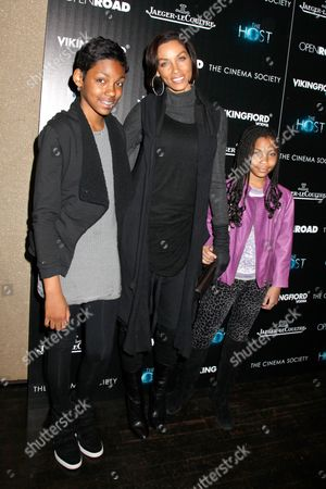 Nicole Murphy with daughters Bella and Zola
