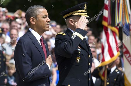 United States President Barack Obama and U.S. Army General Michael Linnington, commander of the Military District of Washington