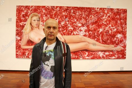 Marc Quinn in front of his portrait of a pregnant Lara Stone