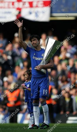 Chelsea's Paulo Ferreira applauds the fans with the Europa League trophy