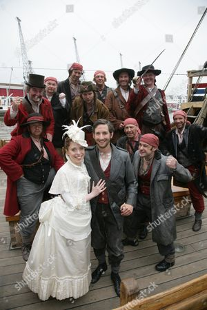 Rebecca Bottone (Mabel) and Nicholas Sharratt (Frederic) and The Gents Chorus