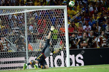 Iker Casillas can see the Leonardo Araujo Bonucci's penalty missing the goal
