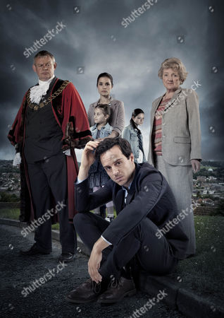 Martin Clunes as Len, Andrew Scott as Mark, Avigail Tlalim, Julia McKenzie as Betty and Charlotte Riley as Alice.