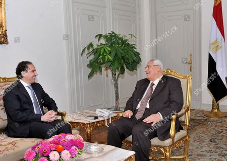 Interim president Adly Mansour (C) meeting with an opposition leader