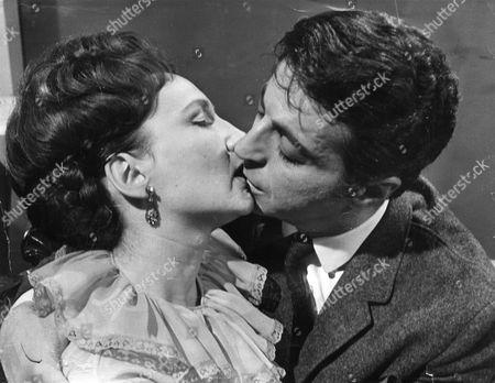 Actress Eileen Derbyshire 28 Seen Kissing Actor Paul Stassino In Coronation Street.