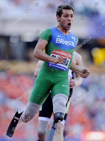 Alan Oliveira of Brazil celebrates winning the 100m Men - T43/44 Final