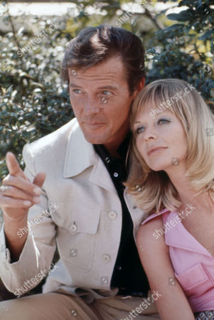 Gold (1974) - Sir Roger Moore, Susannah York, Peter Hunt (Dir)