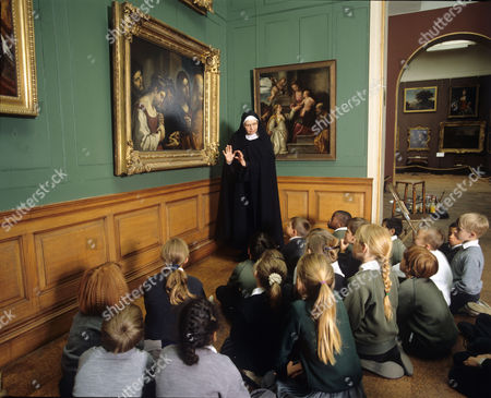 Stock Image of Sister Wendy Beckett at National Gallery with schoolchildren looking at painting