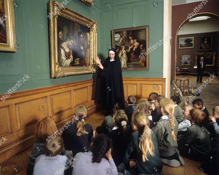 Sister Wendy Beckett at National Gallery with schoolchildren looking at painting