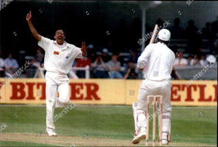 Cricket: New Zealand Tour Of England 1994 - England V New Zealand 1st Test Match - Phil Defreitas Traps Ken Rutherford Lbw At Trent Bridge.