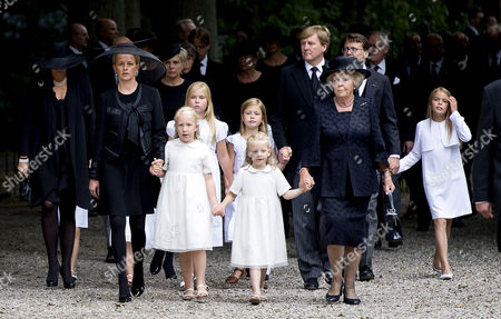 Queen Maxima, Princess Mabel, Countess Luana, Crown Princess Catharina-Amalia, Princess Alexia, Countess Zaria, King Willem-Alexander and Princess Beatrix