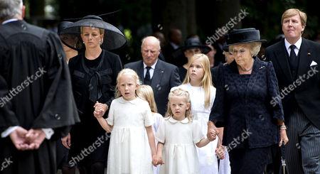 Princess Mabel, Countess Luana, King Harald, Countess Zaria, Crown Princess Catharina-Amalia, Princess Beatrix and King Willem-Alexander