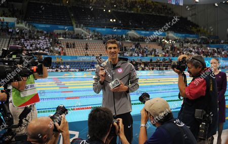 Editorial Use Only. This Material Is Provided Under The Terms Of The 2012 Nopp Agreement Free For Use From 25/07/2012 Until 31/12/2012. Mandatory Credit Must Be Observed. Michael Phelps With His Special Trophy 4x 100m Medley Relay: Final Stratford London Uk 04/08/12 Picture By Graham Chadwick. Daily Mail London 2012 Olympic Games.