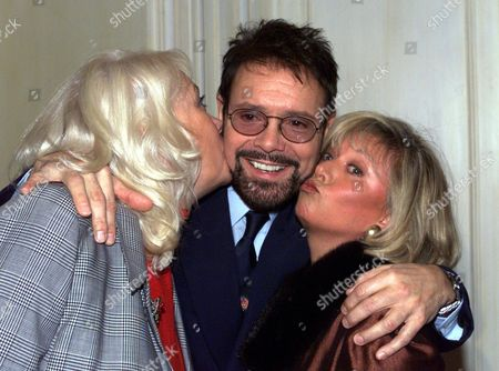 Variety Club Honours Sir Cliff Richard After Spending 40 Years In Showbusiness. Cliff Pictured With Wendy Richard And Elaine Paige At The Xmas Luncheon. Wendy Richard Died 26/2/2009.