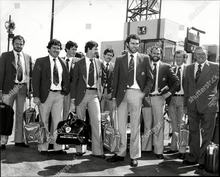 Australian Cricket Team At Heathrow Airport - Includes Ray Bright Kim Hughes Greg Chappell Graeme Wood Dennis Lillee Allan Border And Geoff Dymock.