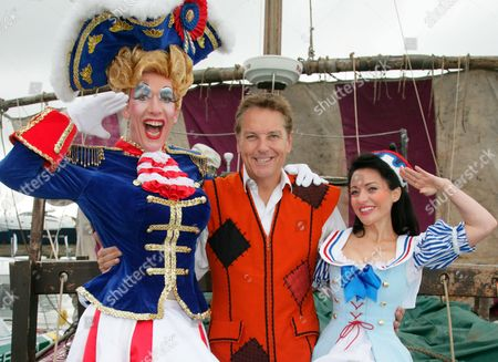 Andrew Ryan as Mrs Crusoe, Brian Conley as Robinson Crusoe and Kathryn Rooney as Polly