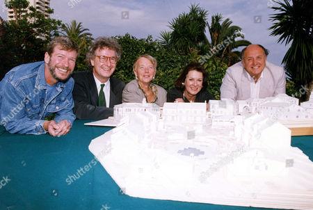 Ltor Tony Holland Jonathan Powell Julia Smith Verity Lambert (d. 11/2007) And Keith Harris Bbc Executives Executives On The Set Of Television Soap Opera 'el Dorado' Spain 1992.