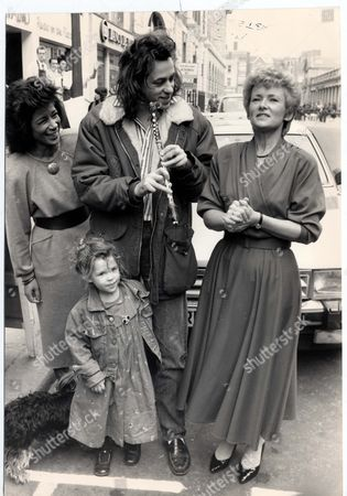 Moira Stuart Bob Geldof And Glenys Kinnock With Bob Geldof's Daughter Fifi Trixibelle Geldof Open The Exhibition And Sale In Aid Of The Poor In Ethiopia At The Africa Centre Covent Garden. Pkt4642 - 343612 Original Print Held In Kensington.