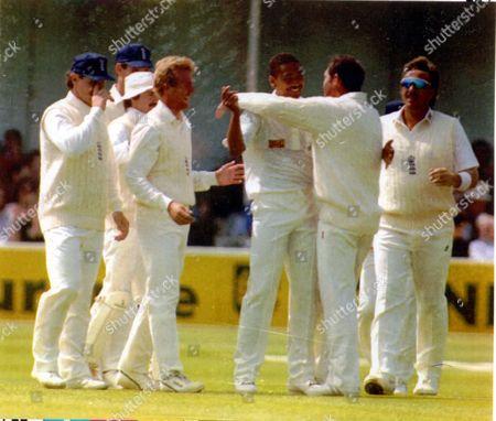 Graham Gooch Cricketer 1992. England During The First Cornhill Test Cricket Against Pakistan. Phil Defreitas Gets Congratulations From Graham Gooch After Raja's Wicket Falls. **original Print Held In Kensington** Pkt5406-400100.