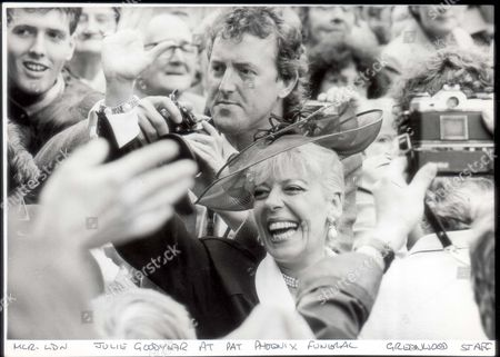 Julie Goodyear Actress 1986. A Big Smile From Julie Goodyear But A Sad Occasion: The Funeral Of Actress Pat Phoenix. Around 2 000 Fans Turned Up To Pay Tribute To The Coronation Street Star And A Jazz Band Played - Just As She Had Wanted. **original Print Held In Kensington** Pkt2924 - 200540.