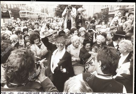 Julie Goodyear Actress 1986. Julie Goodyear At The Funeral Of Actress Pat Phoenix. **original Print Held In Kensington** Pkt2924 - 200543.