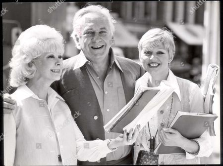 Hughie Green - Television Presenter - 1978. Hughie Green With June Laverick (left) And Carol Hawkins Who Are Appearing In A Farce Called 'all In A Hole' At The Strand Theatre. **original Print Held In Kensington** Pkt2234 - 154683.