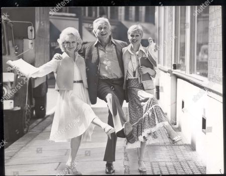 Hughie Green - Television Presenter - 1978 Television Entertainer Hughie Green (dead) Steps Out With Leading Ladies June Laverick (left) And Carol Hawkins In Rehearsals For A Farce 'ace In A Hole'. **original Print Held In Kensington** Pkt2234 -154720.