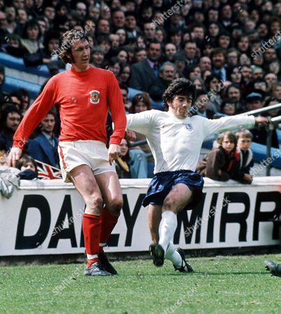 Rod Thomas (Wales) and Kevin Keegan (England) Wales v England 11/5/74 Great Britain Cardiff