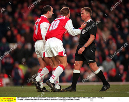 DENNIS BERGKAMP AND STEVE MORROW APPEAL TO REFEREE E GREEN FOR A SUNDERLAND HANDBALL AFTER A GOAL MOUTH SCRAMBLE ARSENAL V SUNDERLAND F A CUP 3RD ROUND 4/1/97 Great Britain London