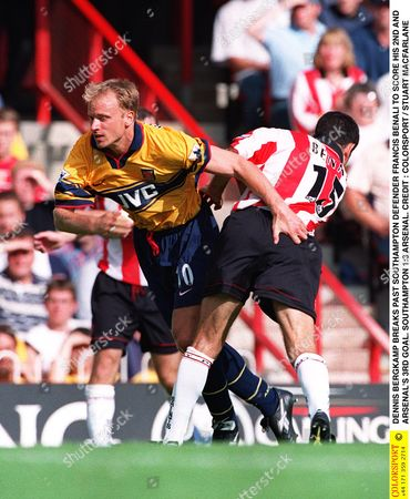 DENNIS BERGKAMP BREAKS PAST SOUTHAMPTON DEFENDER FRANCIS BENALI TO SCORE HIS 2ND AND ARSENAL'S 3RD GOAL SOUTHAMPTON 1:3 ARSENAL Great Britain Southampton