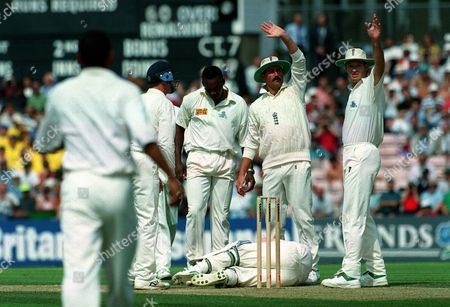 Jonty Rhodes (South Africa) is hit by a ball from Devon Malcolm (England) who stands over him England players Graham Gooch and Graeme Hick call for help England v South AFrica 3rd Test The Oval 18/08/1995 Great Britain London 3rd Test: England-SA
