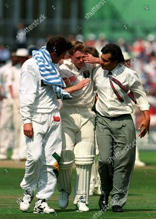 After being hit by ball from Devon Malcolm (England) Jonty Rhodes (South Africa) is helped off the field by medical staff England v South AFrica 3rd Test The Oval 18/08/1995 Great Britain London 3rd Test: England-SA