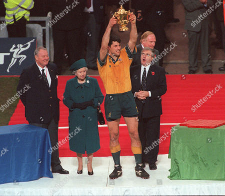 John Eales (Australia) lifts the World Cup watched by Leo Williams The Queen and Vernon Pugh Rugby World Cup 99 Final Australia v France 6/11/99 Great Britain Cardiff