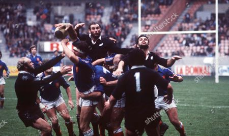 John Spiers Andy Haden and Gary Whetton (New Zealand) compete for the lineout France v New Zealand 2nd Test Parc des Princes Paris 21/11/1981 France Paris France 6 NZ 18