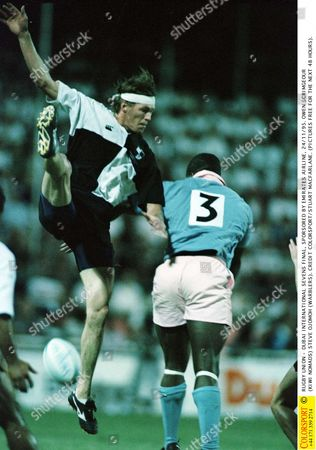 RUGBY UNION - DUBAI INTERNATIONAL SEVENS FINAL SPORSORED BY EMIRATES AIRLINE 24/11/95 OWEN SCRIMGEOUR (KIWI NOMADS) STEVE OJOMOH (WARBLERS) Dubai