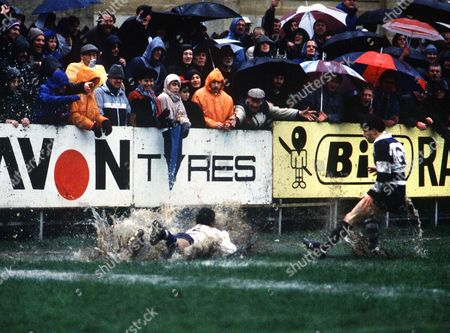 Jeremy Guscott (Bath) dives over in a pool of water for his try Richard Harding (right) Bath v Bristol 25/2/1989 Rugby Union RFU Cup QF: Bath 14 Bristol 12