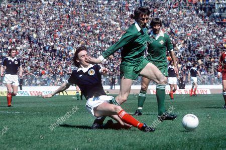 Willie Pettigrew (Scotland and Motherwell) Alan Hunter (Ire) Scotland v Northern Ireland 8/5/1976 Scotland 3 N Ireland 0