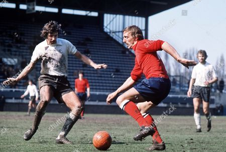 Peter Thompson (Bolton) John Lacy (Fulham) Fulham v Bolton Wanderers 28/03/1975 Fulham 2 Bolton W 1