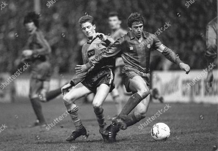 Kevin Gallacher (Dundee Utd) Munoz Victor (Barcelona) Dundee United v Barcelona UEFA Cup 1/4 Final at Tannadice Park 4/3/1987 UEFA Cup QF: Dundee Utd 1 Barcleona 0
