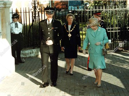 Sir Paul Condon, Met Police Commissioner and the Queen at a Service in Ladbroke Grove to meet the victims of the Paddington Rail Crash.