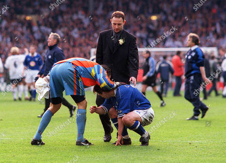 Martin O'Neill (Leicester Manager) consoles Tony Cottee after the match with Spurs goalkeeper Ian Walker Tottenham Hotspur v Leicester City Worthington League Cup Final 1999 Lge Cup Final: Spurs 1 Leicester 0