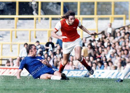 John Matthews (Arsenal) Ian Hutchinson (Chelsea) Chelsea v Arsenal 14/9/74 Chelsea 0 Arsenal 0