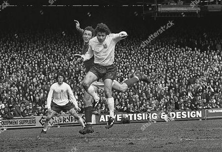 Kevin Keegan (Eng) Rod Thomas (Wales) Wales v England 11/5/74 1974 Home Internationals Wales 0 England 2
