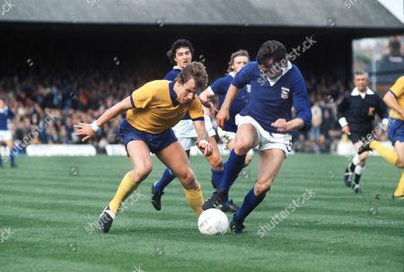 JOE ROYLE (EVE) ALAN HUNTER (IPSWICH) EVERTON V IPSWICH TOWN 7/9/74 1974 / 75 season Ipswich 1 Everton 0