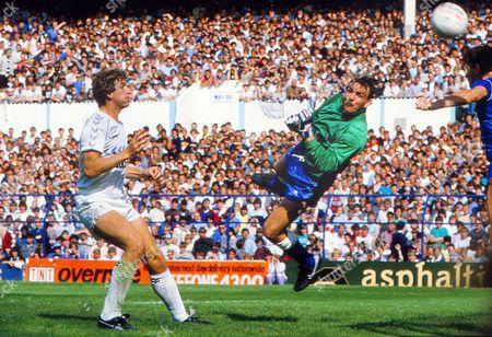 Neville Southall (Everton) Mark Falco (Spurs) Tottenham Hotspur v Everton 26/08/1985 Spurs 0 Everton 1