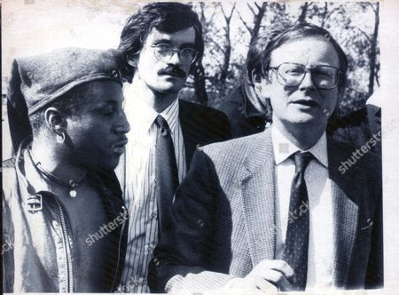 Agricultural Minister John Selwyn Gummer (r) Talks To Hippies At Somerton Which A 300-strong Convoy Has Invaded Which Belongs To Mr. Les Attwell A 101-acre Holding At Lytes Cary Near Yeovil Somerset. John Selwyn Gummer Baron Deben. Conservative Party Politician Formerly Member Of Parliament (mp) For Suffolk Coastal Now A Member Of The House Of Lords. Pkt4704-351202 Original Print Held In Kensington.