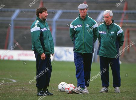 Jackie Charlton (Manager) with Ronnie Whelan during training 26/03/1990 Republic of Ireland training session Pre-Scotland game FootballCredit : Andrew Cowie / Colorsport Scotland v Eire