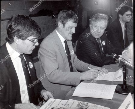 Jimmy Hill - Television Presenter. Fulham Crisis Meeting. L-r: Malcolm Macdonald Jimmy Hill And Roy Hattersley Mp. **original Print Held In Kensington** Pkt2223-153625.