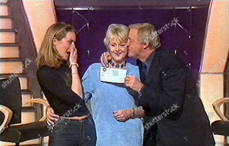"""CHRIS TARRANT KISSING AND PRESENTING JUDITH KEPPEL WITH THE ONE MILLION POUND CHEQUE TOGETHER WITH DAUGHTER ROSIE ON """" WHO WANTS TO BE A MILLIONAIRE """" BRITAIN"""
